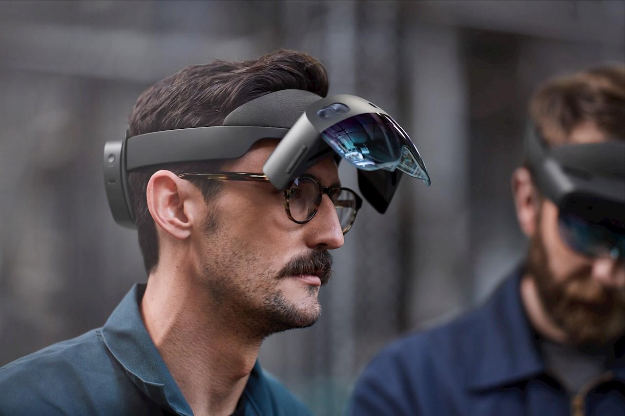 Feltoperatører får informasjon via spesialbriller som Microsoft HoloLens.