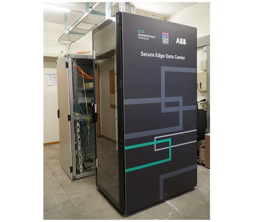 Le châssis ouvert de l'ancienne infrastructure se situe aux côtés du SEDC, dont l'enceinte protège les équipements informatiques vitaux contenant les données de sauvegarde clés de l'usine.
