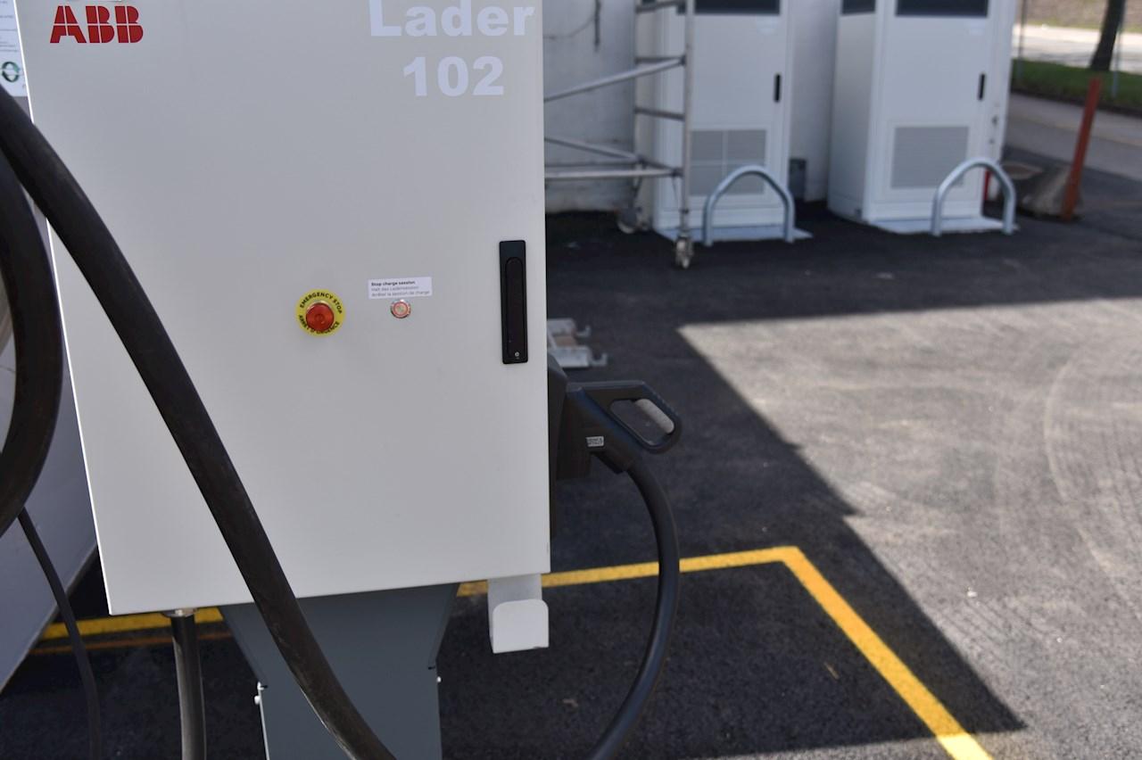 De valgte laderne på Kalbakken er på 150 kilowatt (kW), eller tre ganger en typisk hurtiglader for personbiler.