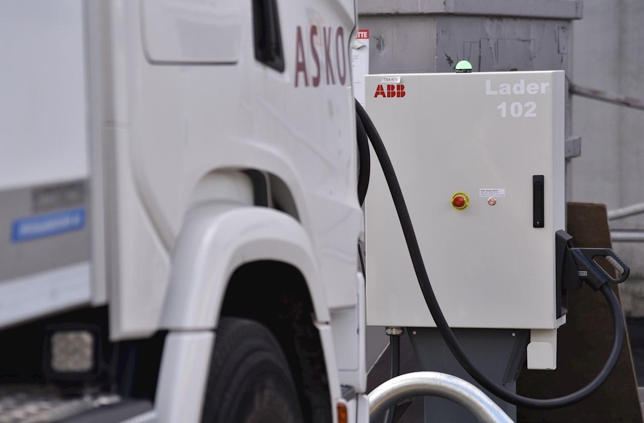 ABB-ladere fyller strøm på ASKOs elektriske lastebiler.