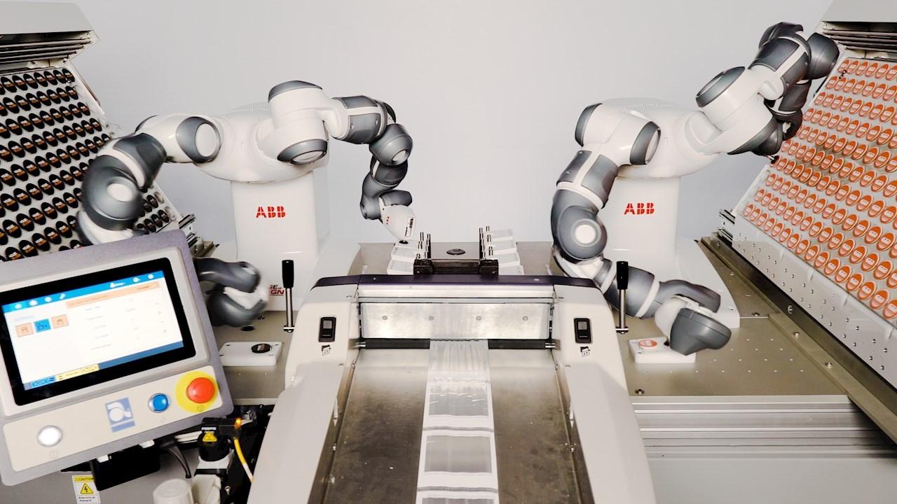 Dvirankis YuMi® robotas pakuoja reklaminę atributiką