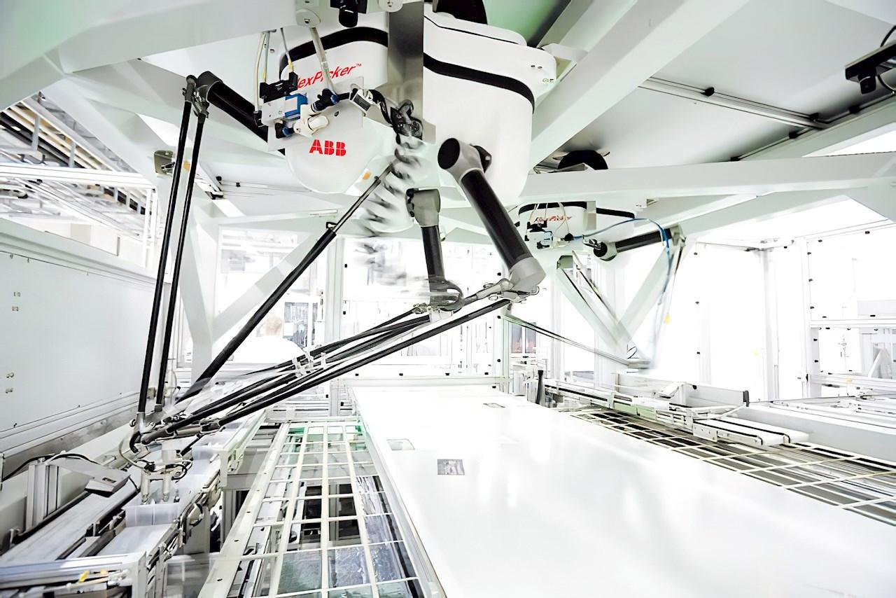 Durch die Kombination des IRB 390 FlexPacker mit dem abgebildeten IRB 360 FlexPicker können sich Hersteller eine Komplettlösung für die Vorsortierung und Gruppenverpackung zusammenstellen.