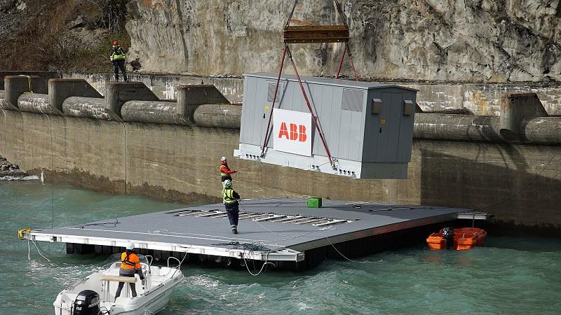 Anlieferung der Kabine, welche die ABB-Komponenten darin schützt.