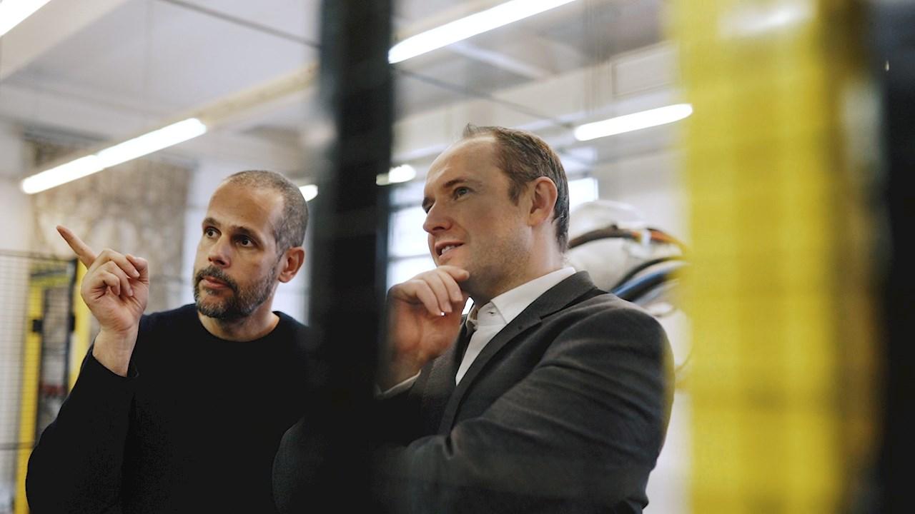 Výtvarník Federico Diaz s Vítězslavem Lukášem, generálním ředitelem ABB ČR