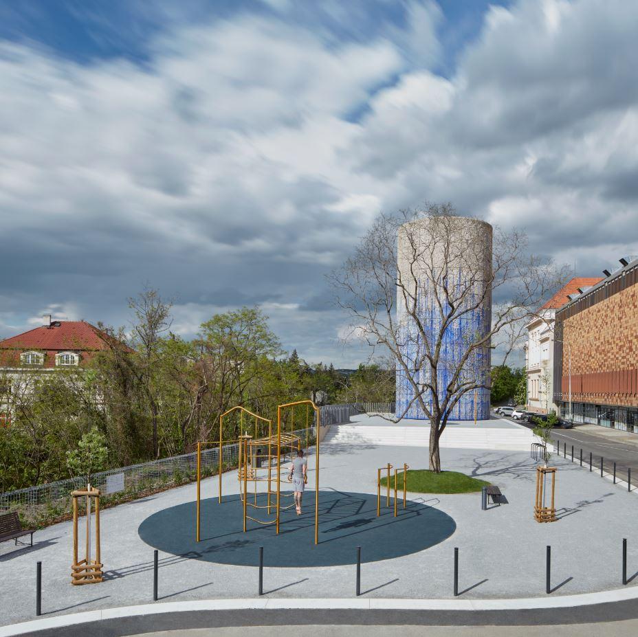 Betonový výdech, který je součástí pražského komplexu tunelů Blanka, se nedávno proměnil v umělecké dílo; autor: Boys Play Nice