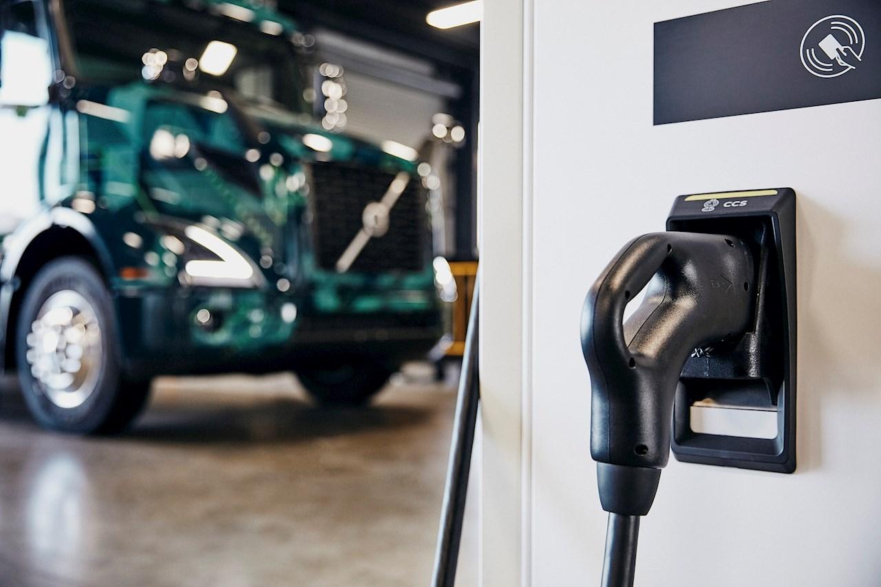 Dwie stacje ładowania 50 kW ABB dla samochodów ciężarowych zostały zainstalowane wfirmie TEC Equipment wFontanie, fot. arch. ABB.