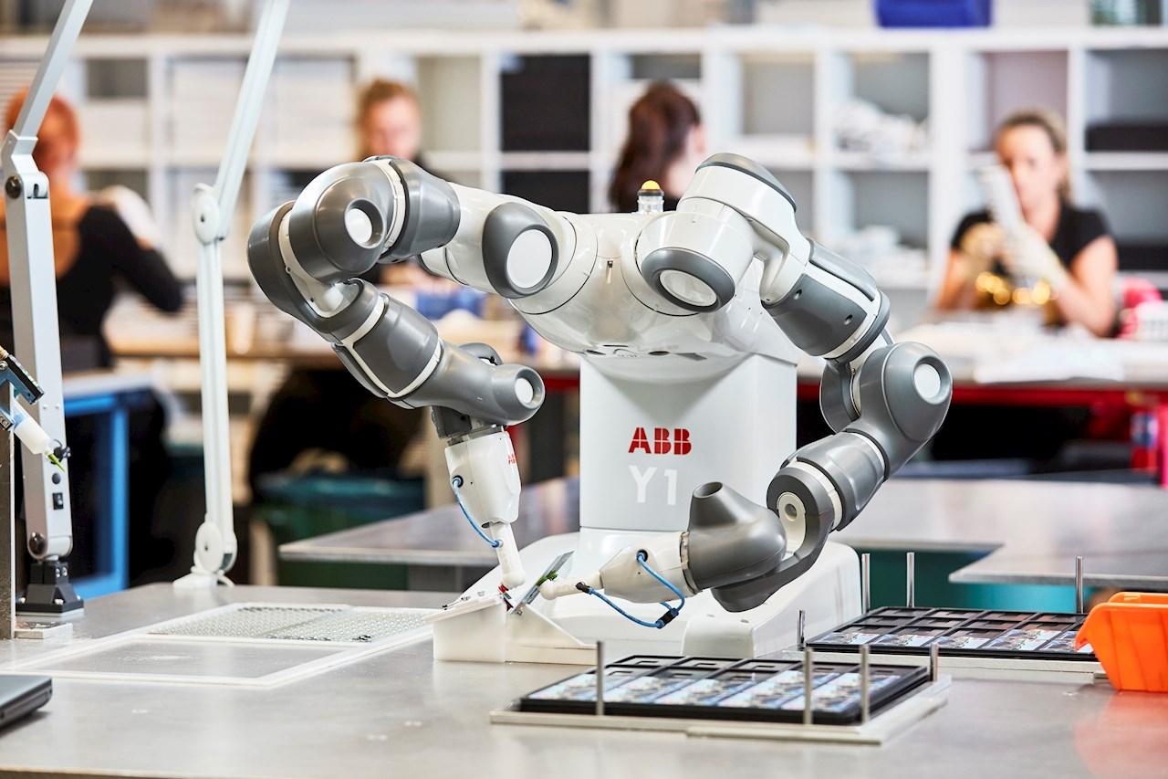 Seit fünf Jahren schreibt ABB mit dem kollaborativen Zweiarm-Roboter YuMi eine Erfolgsgeschichte. Ursprünglich für die Kleinteilemontage montiert, ist der Roboter heute in den unterschiedlichsten Anwendungen im Einsatz – von der Montage elektronischer und elektrischer Komponenten bis hin zum Sortieren von Süssigkeiten in Süsswarenfabriken.