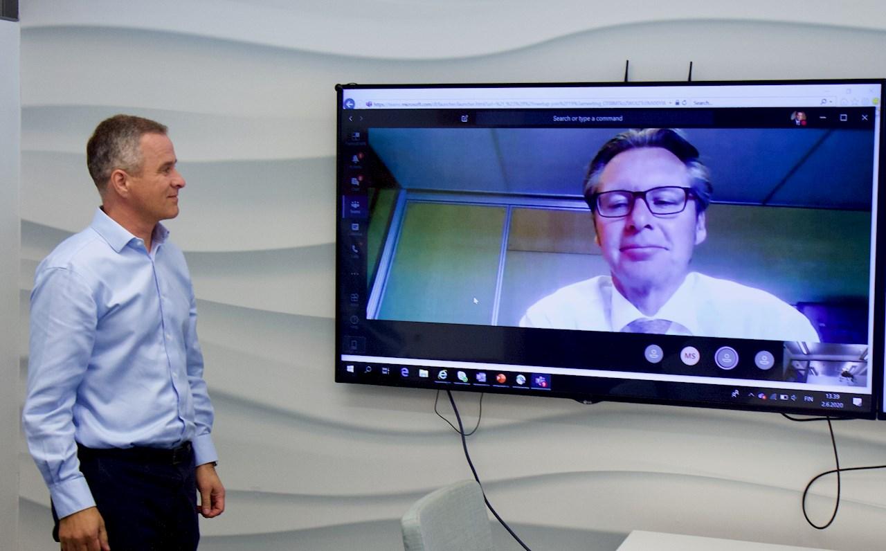 Juha Koskela i ABB (t.v.) og Knut Ørbeck-Nilssen i DNV GL fjernsignerer en samarbeidsavtale for å akselerere digitaliseringen i maritim industri.
