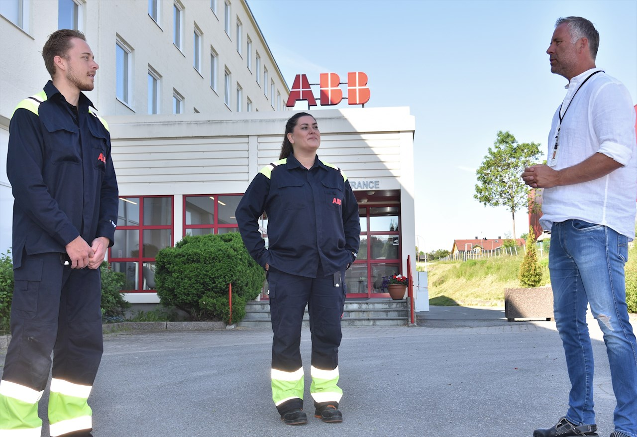 To av drøyt 100 sommervikarer ved ABB i Skien, Simen Vilding Nicolaysen og Cathrine Håkonsen, i samtale med produksjonssjef Erik Skredtveit.