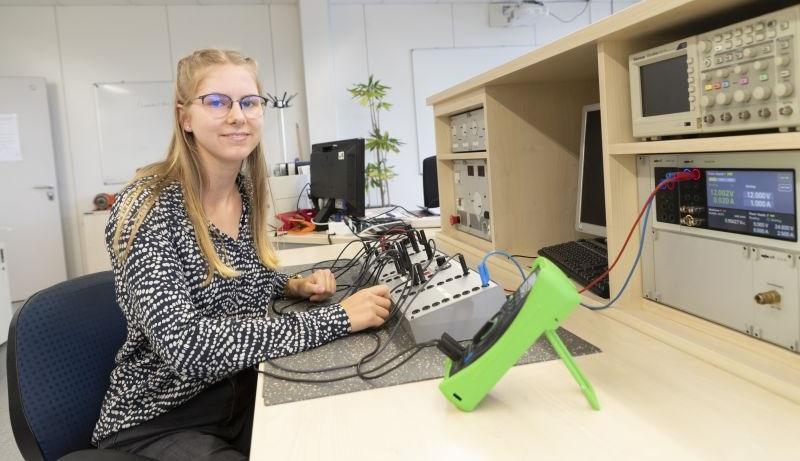 Clara Möller beginnt ein duales Studium im Fach Elektrotechnik bei ABB in Cottbus. Den theoretischen Teil absolviert sie in Mannheim. (Bild: ABB/Luca Siermann)