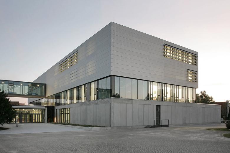 An der Europäischen Schule München wurde im Rahmen der Gebäudeleittechnikerneuerung das alte Steuerungssystem durch ABB Ability™ Operations Data Management zenon ersetzt (Quelle: Stefan Schumacher).