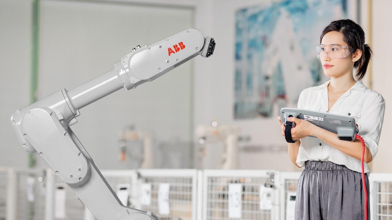 ABB mažų robotų šeimą papildė greitas ir galingas IRB 1300 robotas
