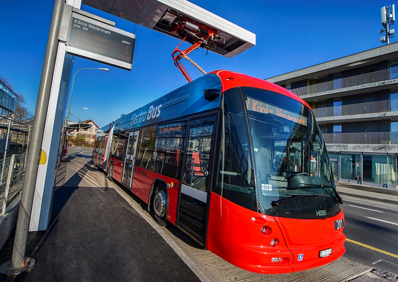 BERNMOBIL ulaşım ağının 17 numaralı hattındaki otobüsler de yalnızca elektrikle çalışacak şekilde bir ABB OppCharge sistemi kullanıyor.