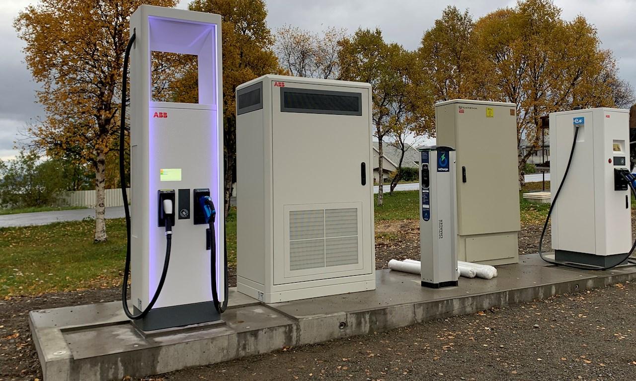Én ABB-hurtiglader på 50 kilowatt (Terra 54 CJ) og én ABB-lynlader på 175 kW (Terra HP 175D). I tillegg får hvert ladested to normalladere på 22 kW.