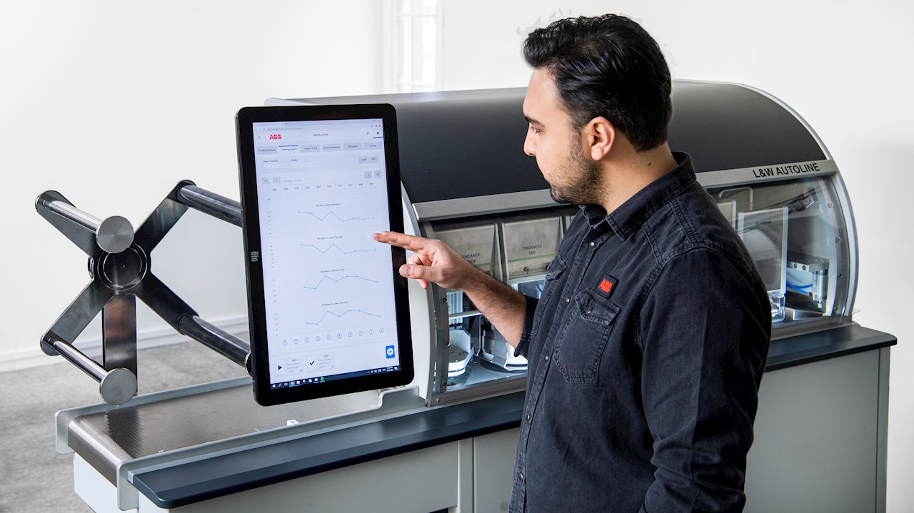 Technician working with the L&W Autoline user interface