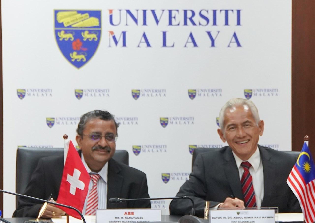 R Narayanan (left) with YBhg Datuk Ir. (Dr.) Abdul Rahim Haji Hashim, Vice-Chancellor, Universiti Malaya