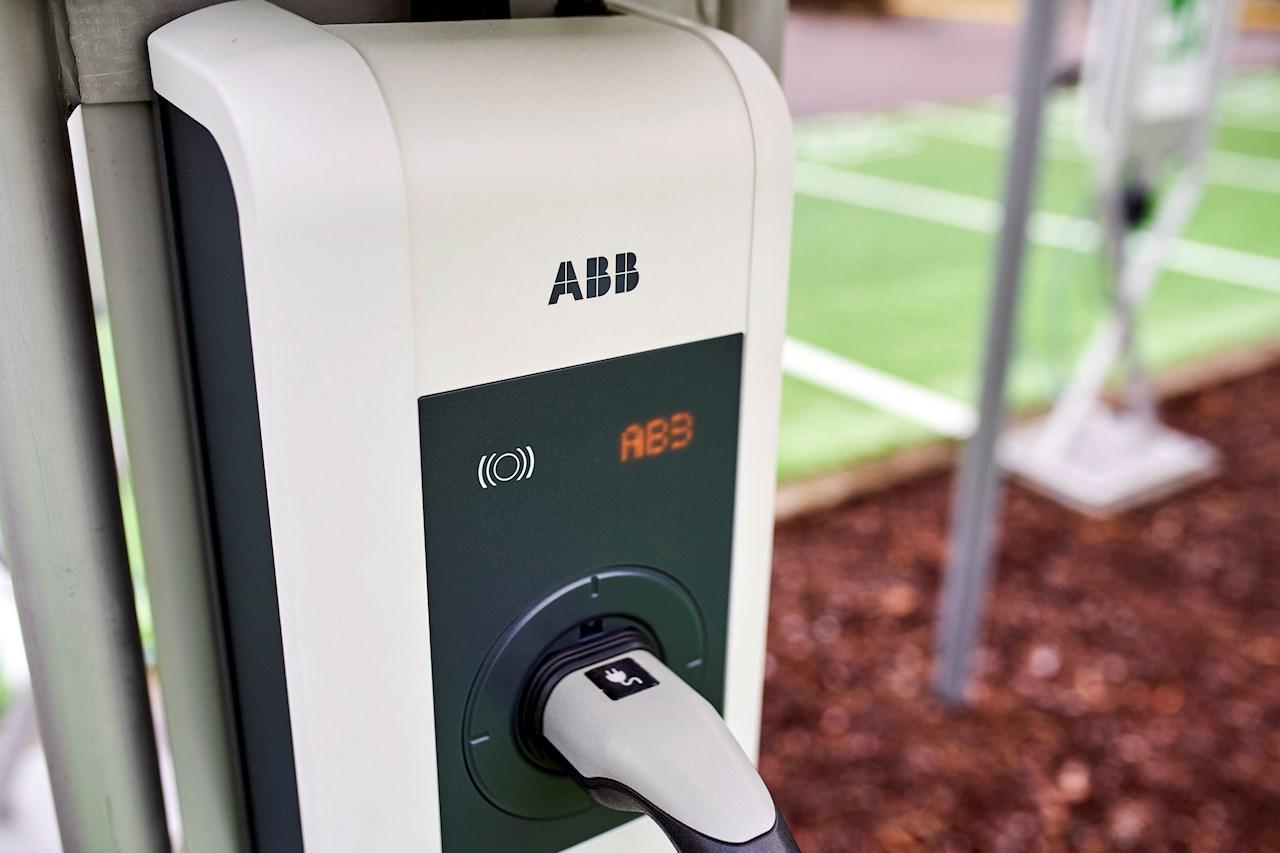 ABB Marine and Ports -parkkipaikan latauslaitteet tunnistavat käyttäjän.
