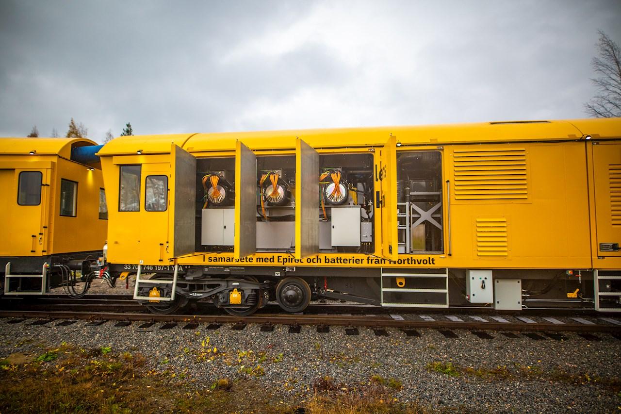 El vehículo multiuso de mantenimiento ferroviario que funciona con batería cuenta con un sistema de transmisión eléctrico basado en motores eléctricos AMXE refrigerados por líquido de ABB (el equipo redondo en el centro de las envolventes) y en los convertidores móviles HES880 (las pequeñas cajas encima de los motores).