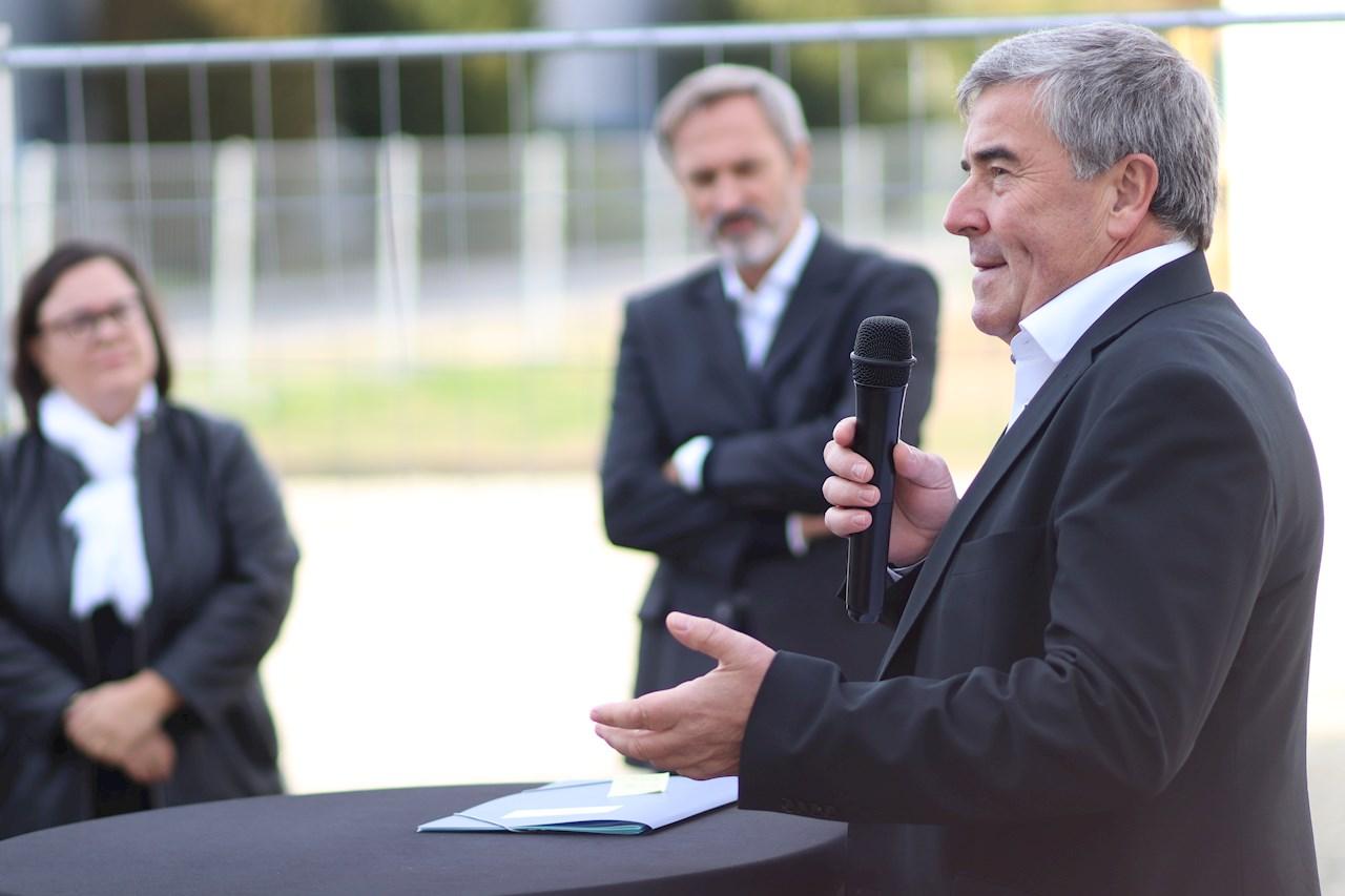 Edgar Keller (rechts), Leiter der Division Traction, hob in seiner Rede im Beisein von Markus Ochsner (Mitte hinten), Vorstandsvorsitzender ABB AG, die Präsenz von ABB im lokalen Markt hervor. (Quelle: Alexander Lehn/vor-ort-foto.de)