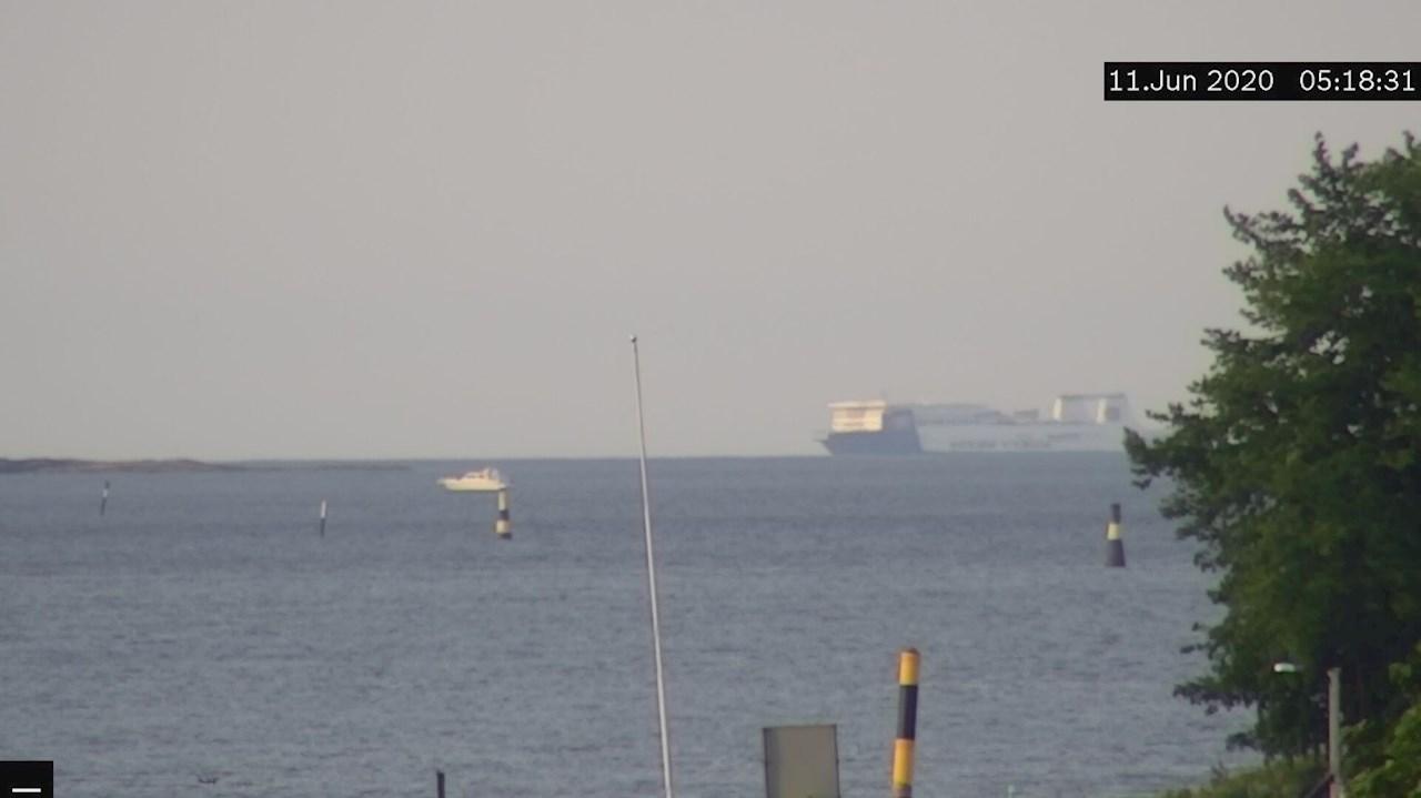 A 'Medium pleasure craft' at around 6.8 km range, and a RoRo ferry past the horizon at around 15 km.