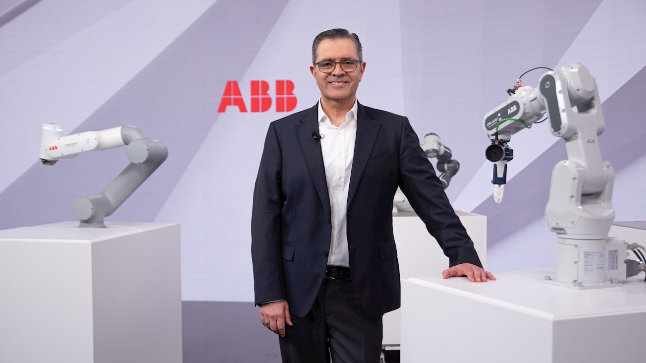 Sami Atiya, President ABB Robotics & Discrete Automation, with ABB's next generation cobots  (Photo: Oliver Baer)