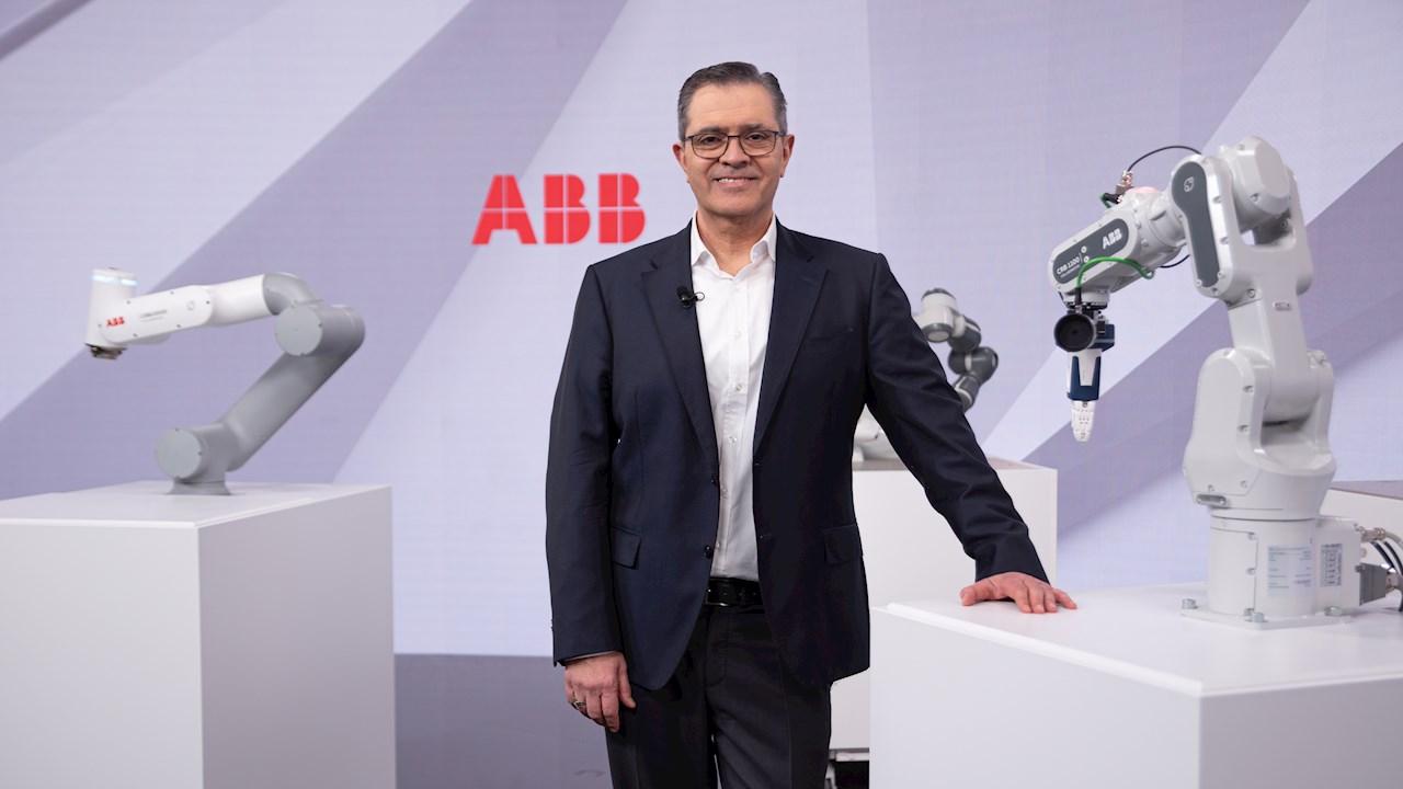 Sami Atiya, President di ABB Robotics & Discrete Automation, insieme alla nuova generazione di cobot (Foto: Oliver Baer)