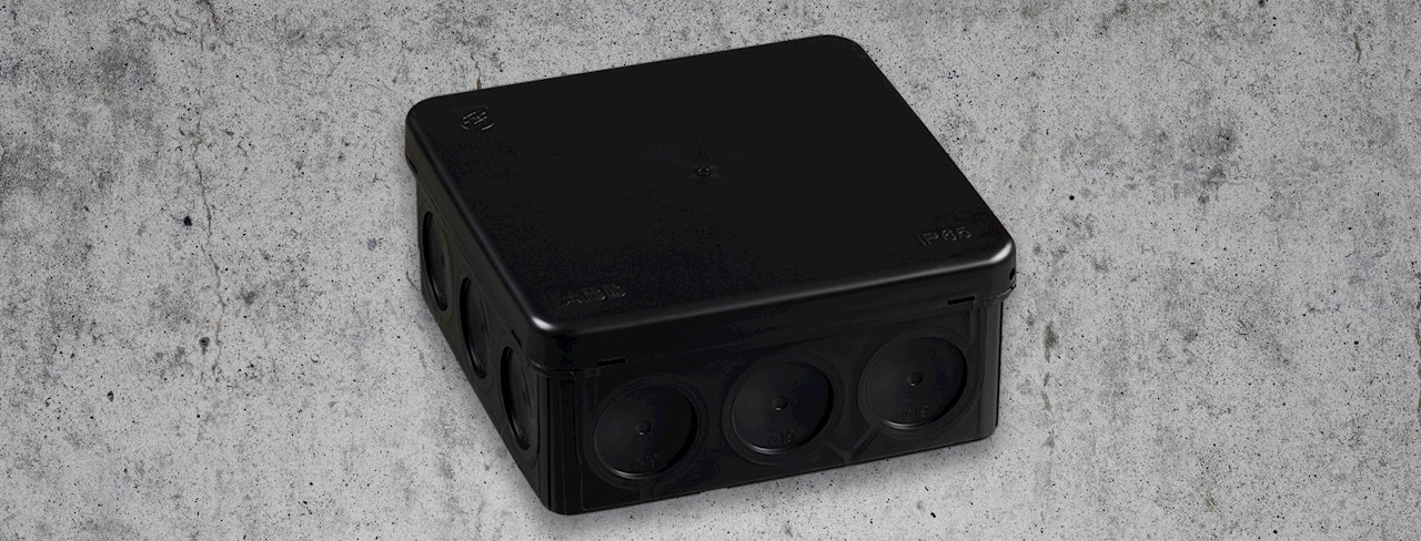 AP10-boksen er ideell for innendørs- og utendørsinstallasjoner, og den smelter harmonisk inn i mørke miljøer.