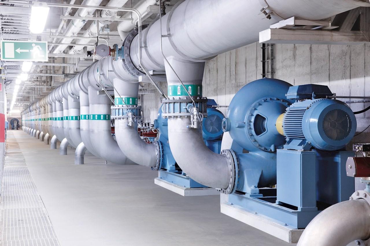 Aplicações de bombeamento como essa são amplamente distribuídas por todas as indústrias e edifícios e são o principal alvo para economia de energia.
