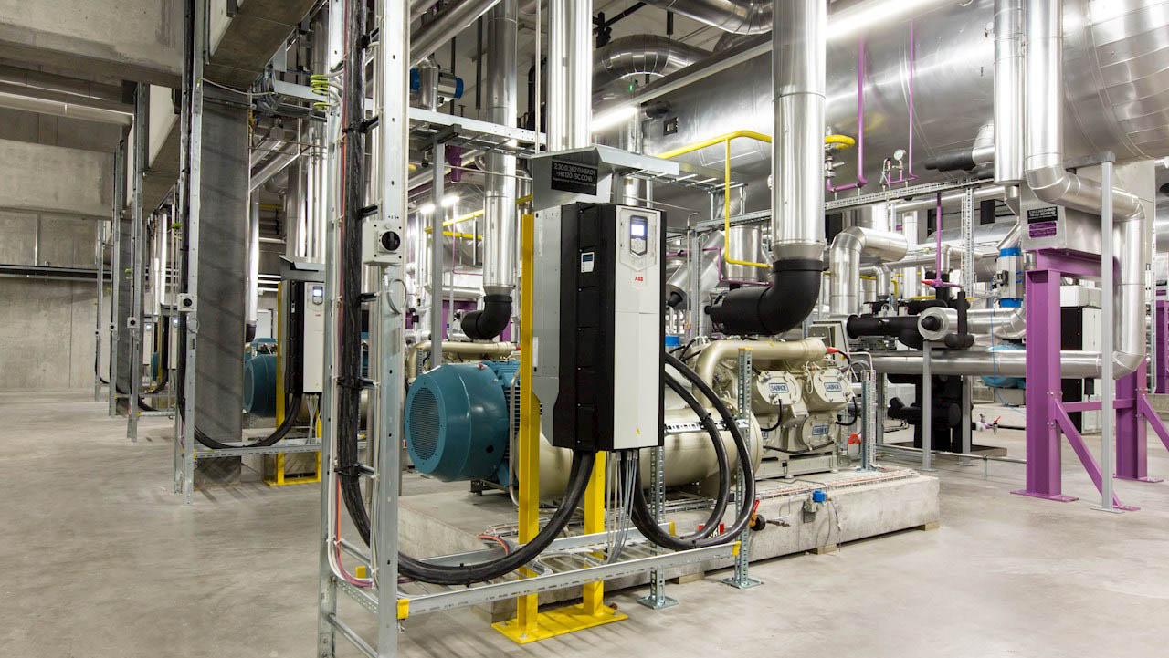 Bruk av høyeffektiv motor- og drivteknologi sparer energi i kjølesystemer, systemer som typisk brukes innen matproduksjon.