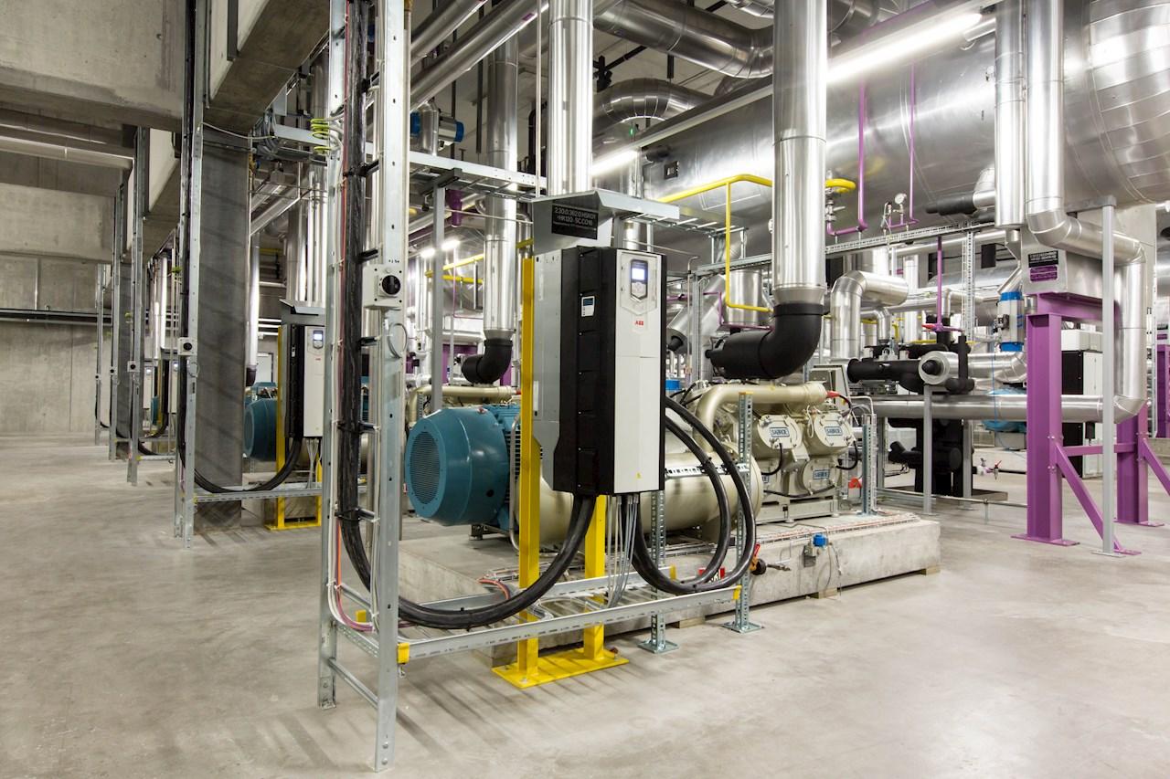 Korišćenjem visokoefikasnih motora i frekventnih pretvarača ostvaruju se uštede energije u rashladnim sistemima, koji se tipično koriste u fabrikama za proizvodnju hrane i pića.