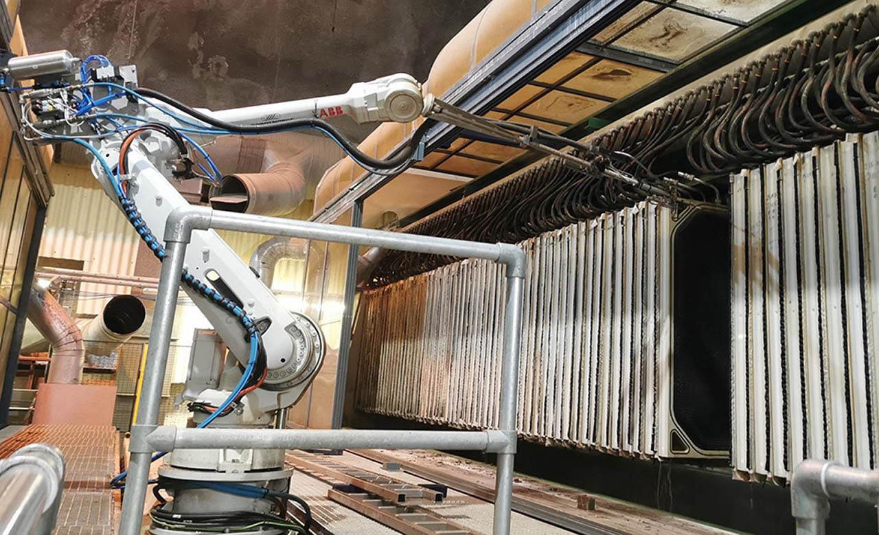 Industrirobot på 10 meters bane er sentral i en helautomatisk vaskeløsning hos Vestfjordens Avløpsselskap i Slemmestad (Bilde: VEAS).