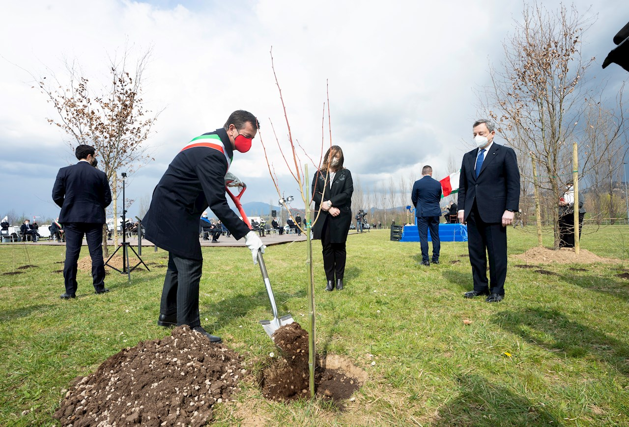 From left to right: the Mayor of Bergamo Giorgio Gori, Elena Carletti President of Association 'Comuni virtuosi' and Mario Draghi, Prime Minister of Italy.