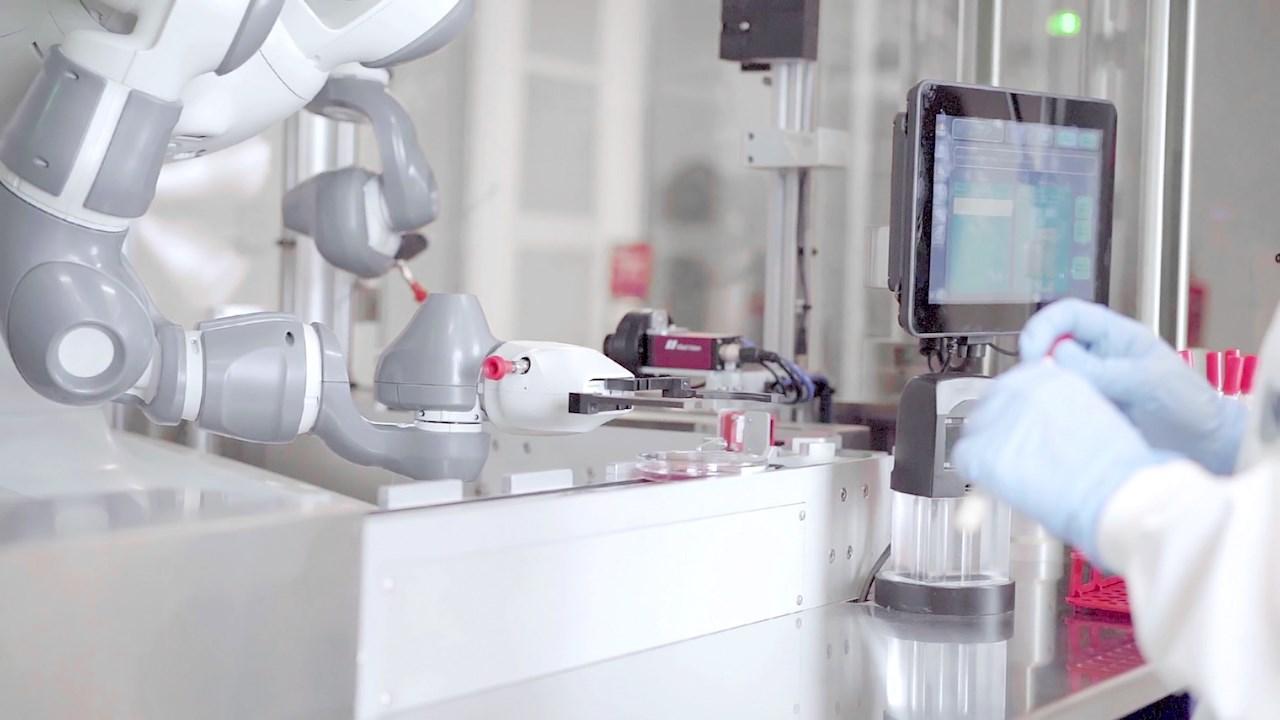 YuMi no coração dos laboratórios de microbiologia Copan