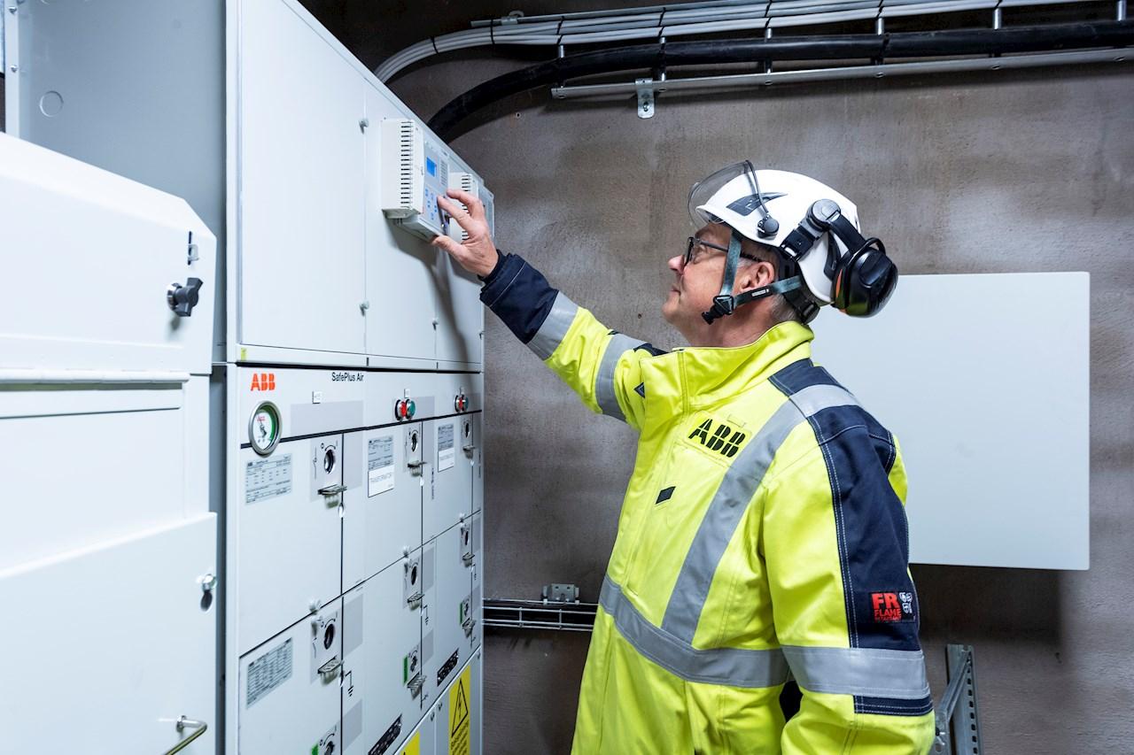 """""""Utifrån deras förutsättningar designade vi en lösning med väl beprövade produkter som dessutom kräver minimala underhållsinsatser som passade både det fysiska utrymmet i fabriken och Ljusgårdas energibehov"""", säger Jan Finsbäck, försäljningsingenjör på ABB."""