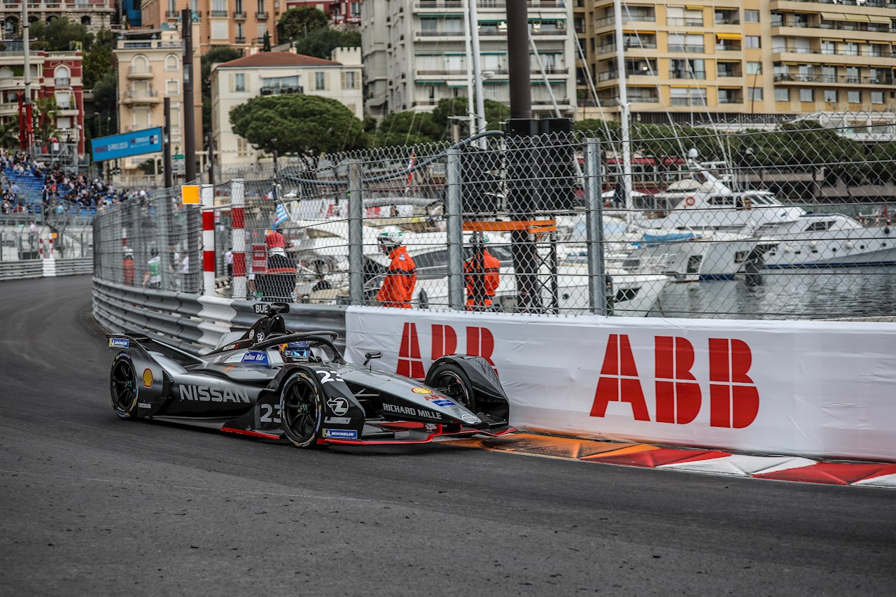 C'est l'heure de la course : le Championnat mondial de Formule E de la FIA a lieu pour la première fois sur une version adaptée de l'intégralité du circuit de Monaco.