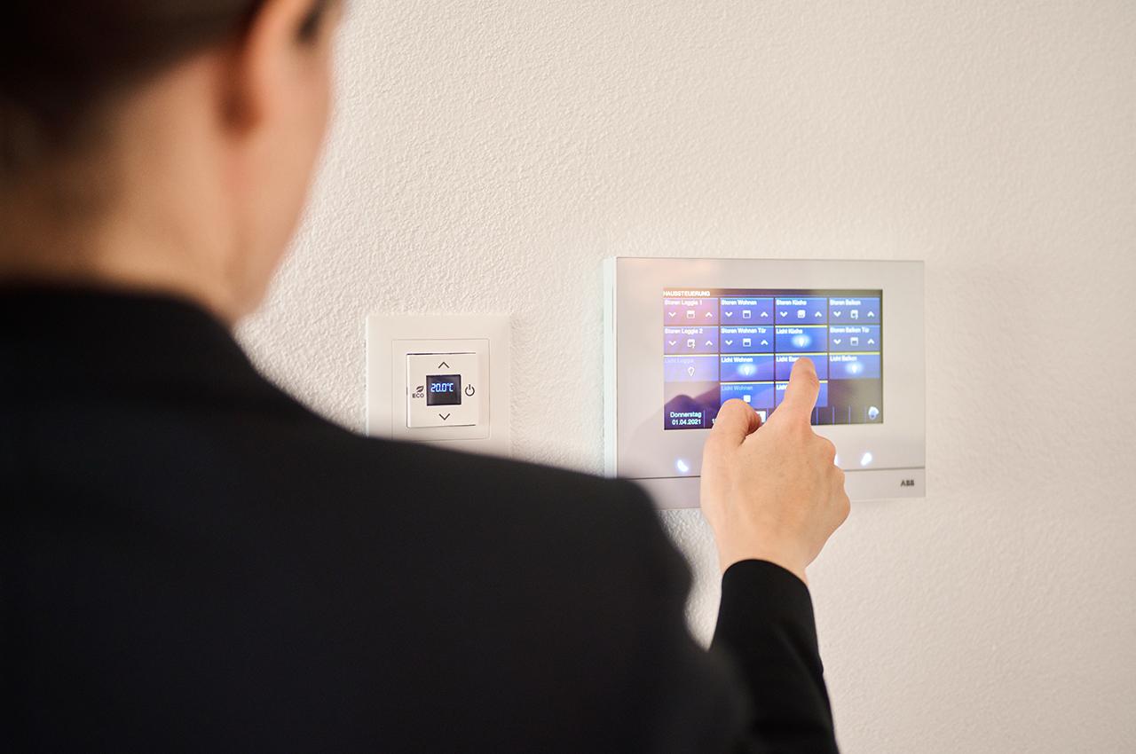 ABB-free@home® lässt sich nicht nur über Schalter und Raumthermostat steuern, sondern auch über das Touchpanel an der Wand.