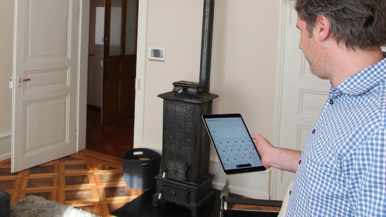 Remo Vogel hat Beleuchtung wie auch Heizung über Panels, Smartphone oder, wie hier, auf dem Tablet im Griff.