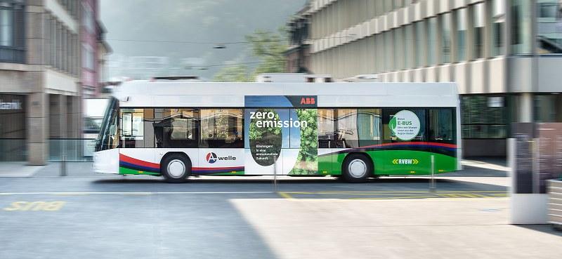 La línea 5 con los nuevos autobuses eléctricos atraviesa el centro de Baden.