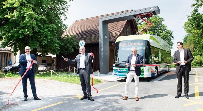Inauguración de la línea 5 electrificada el 17 de junio de 2021, en la terminal de Baldegg: Ceremonia de corte de cinta con Robert Itschner, Director general nacional, ABB Switzerland, Stefan Attiger, Consejo de Estado del Cantón de Aargau, Lorenz Höchli, Presidente del consejo de administración de RVBW, y Alex Naef, CEO de HESS.