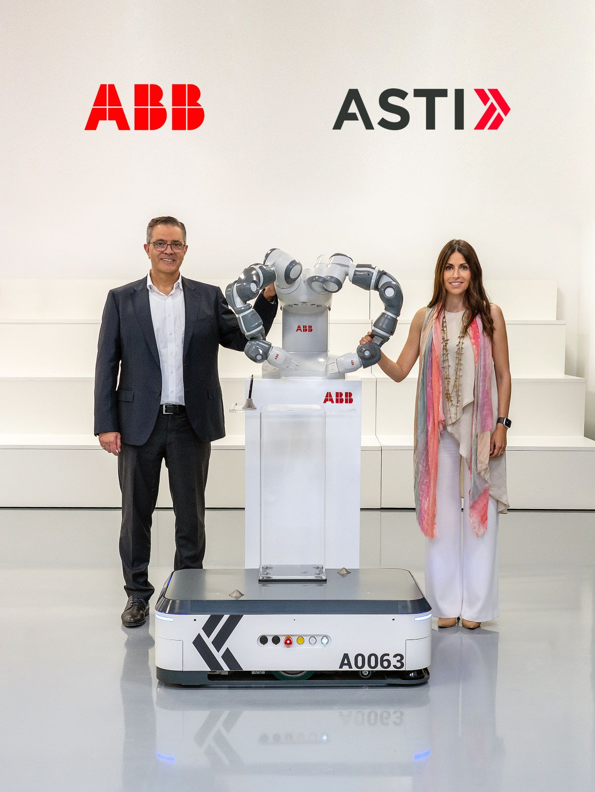Sami Atiya, Presidente do negócio de Robotics & Discrete Automation na ABB e Veronica Pascual Boé, CEO da ASTI
