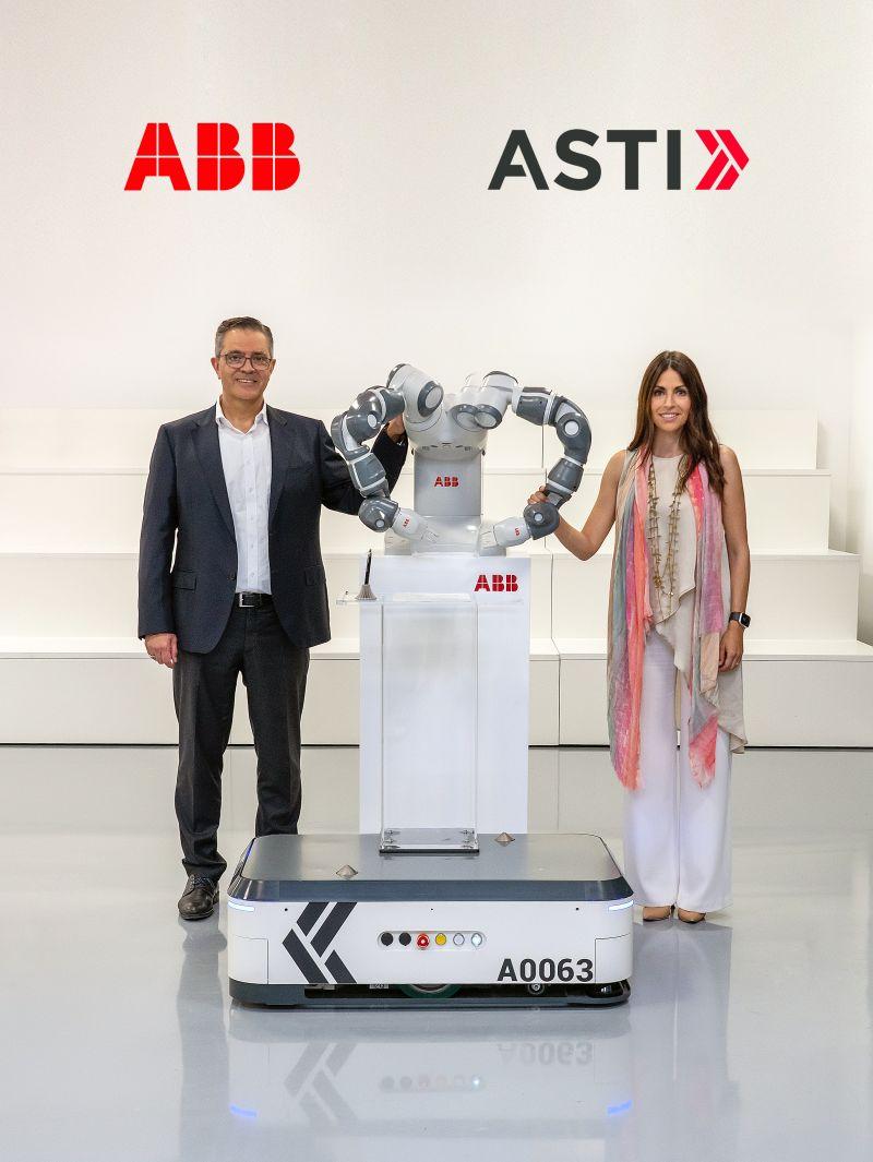 Sami Atiya, Leiter des Geschäftsbereichs Robotik & Fertigungsautomation von ABB und  Veronica Pascual Boé, CEO ASTI.