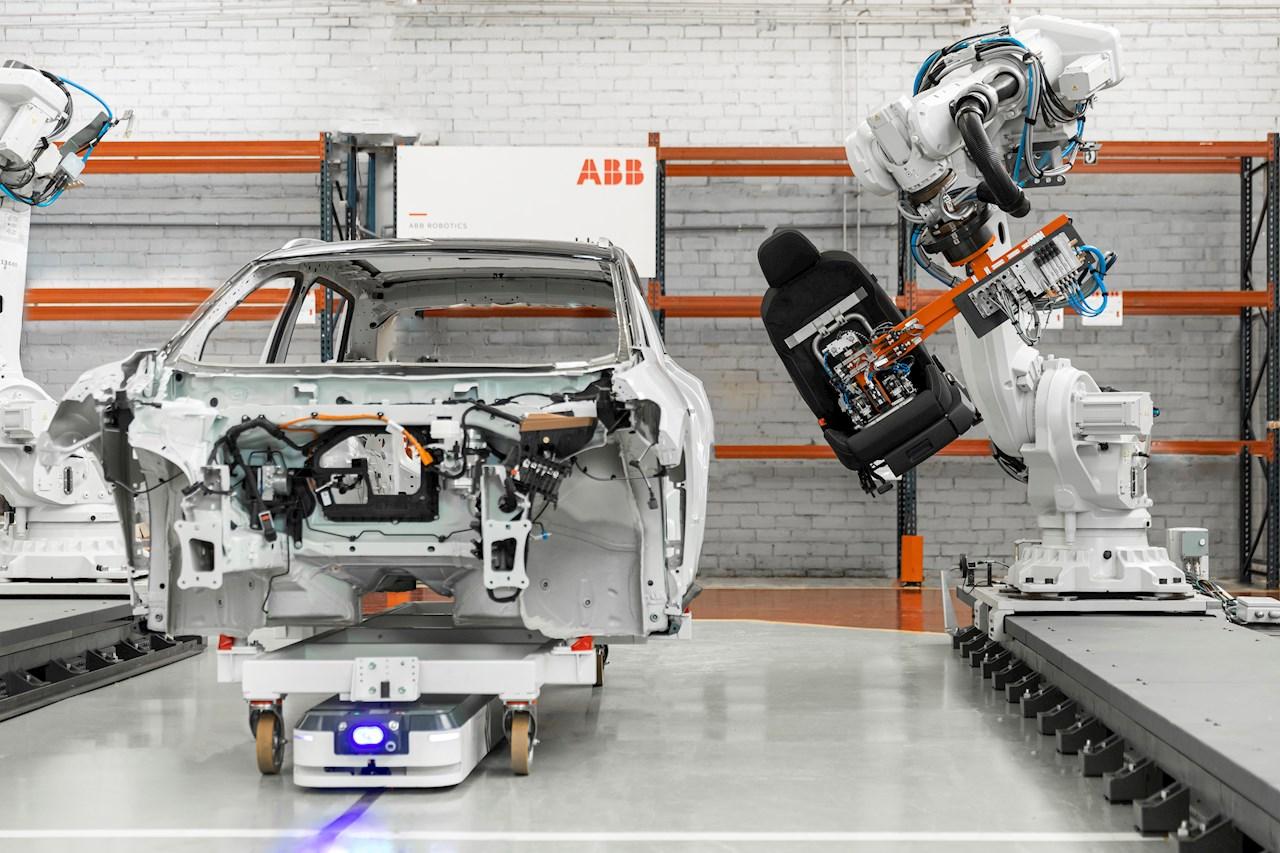 ABB și ASTI oferă expertiză aprofundată în partea de producție, inclusiv în industria automobilelor, produselor alimentare și a băuturilor și a produselor ambalate pentru consumatori, precum și pe noi segmente de creștere, inclusiv logistică, comerț electronic, comerț cu amănuntul și asistență medicală