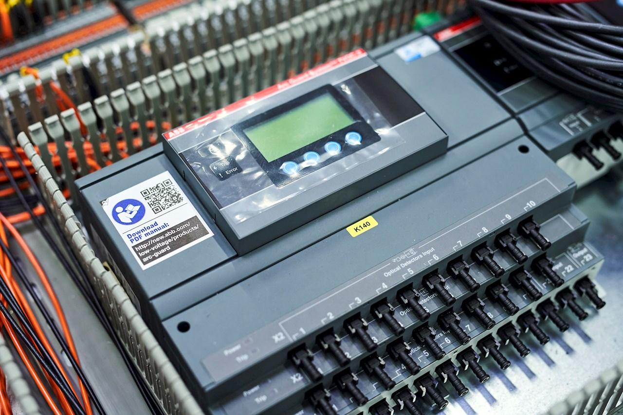 ABB:n TVOC-2 valokaarivartija perustuu varmatoimiseen TVOC-rakenteeseen ja tarjoaa ensiluokkaista valokaaren valvontaa. Yli 35 vuoden kokemuksella Arc Guard System™ -järjestelmästä on tullut teollisuusstandardi monilla keskeisillä markkinoilla. Valokaarivartija auttaa henkilöstön ja yritysten laitteistojen suojaamisessa havaitsemalla valokaareen ja antamalla laukaisukäskyn katkaisijalle 1 millisekunnissa.