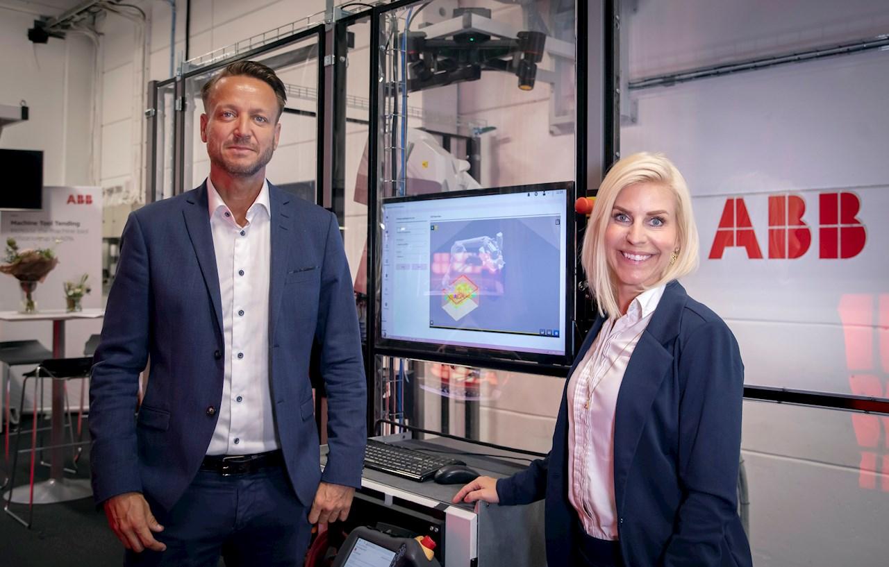 Dennis Helfridsson, affärsområdeschef för ABB Robotics & Discrete Automation i Sverige samt vd för ABB Sverige, och Susanne Timsjö, marknads- och försäljningschef för ABB Robotics i Sverige. Foto: Bo Lundvang.