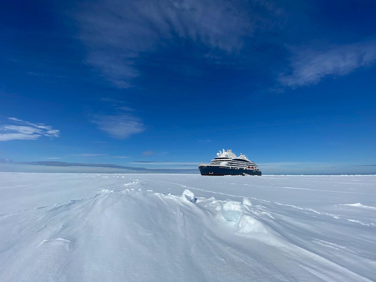 Polarkryssaren Le Commandant Charcot påväg genom isen (©PONANT-Nicolas Dubreuil).