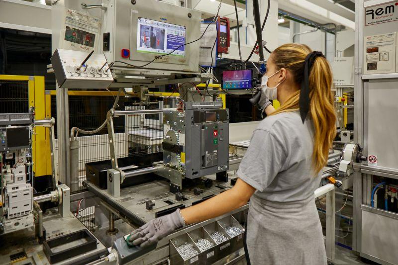 Einblick in die Fertigungslinie der Niederspannungsleistungsschaltern SACE Emax 2 am ABB Werk in Frosinone.