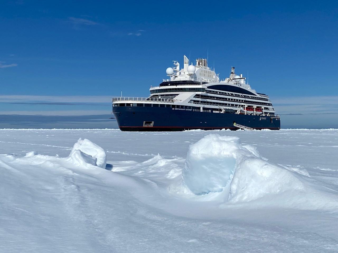 Полярният изследователски кораб Le Commandant Charcot на път през леда (Изображение © PONANT-Nicolas Dubreuil).