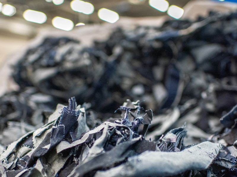 Der Vertrag zwischen ABB und Renewcell ist ein wichtiger Meilenstein für die Modeindustrie, deren Einfluss auf die Umwelt durch die Produktion von Rohmaterialien, die zu Kleidung verarbeitet werden, erheblich ist (Bild: Renewcell, Emil Nordin).