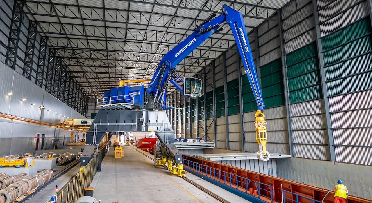 Säältä suojaan rakennetussa satamahallissa jättimäisten koneiden yhteentörmäykset ovat suuri riski. Uudenlainen B&R:n kanssa tehty kommunikointiohjelmisto ja turvajärjestelmä varmistavat laitteiden turvalliset liikkeet.